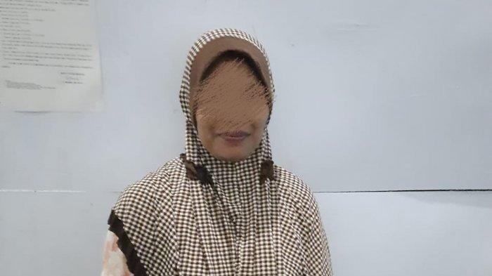 Ibu Rumah Tangga di Aceh Tamiang Produksi dan Menjual Tuak di Rumahnya
